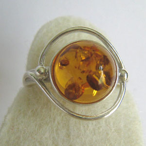 B8   Bague ronde - bijou ambre et argent