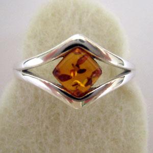 B11   Bague losange - bijou ambre et argent